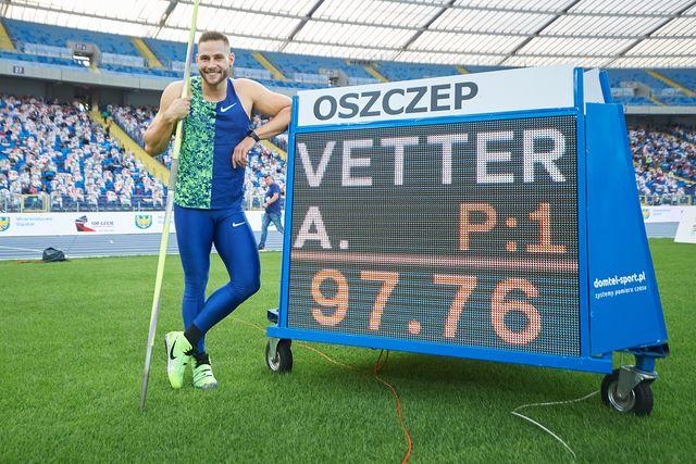 johannes vetter posa con su marca de 97,76 metros,  el segundo mejor lanzamiento de jabalina de la historia