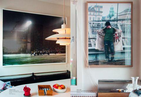 A SINISTRA. FOOTBALL LANDSCAPE #10, DI CATHERINE OPIE. A DESTRA: SELF PORTRAIT WITH KEYS TO THE CITY (2005), DI KLARA LIDÉN. FOTO DI INA HAGEN.