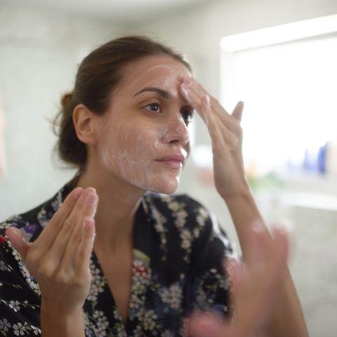 Mujer limpiando el rostro