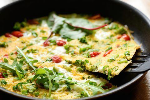 Omelette aux tomates cerises, légumes et fromage