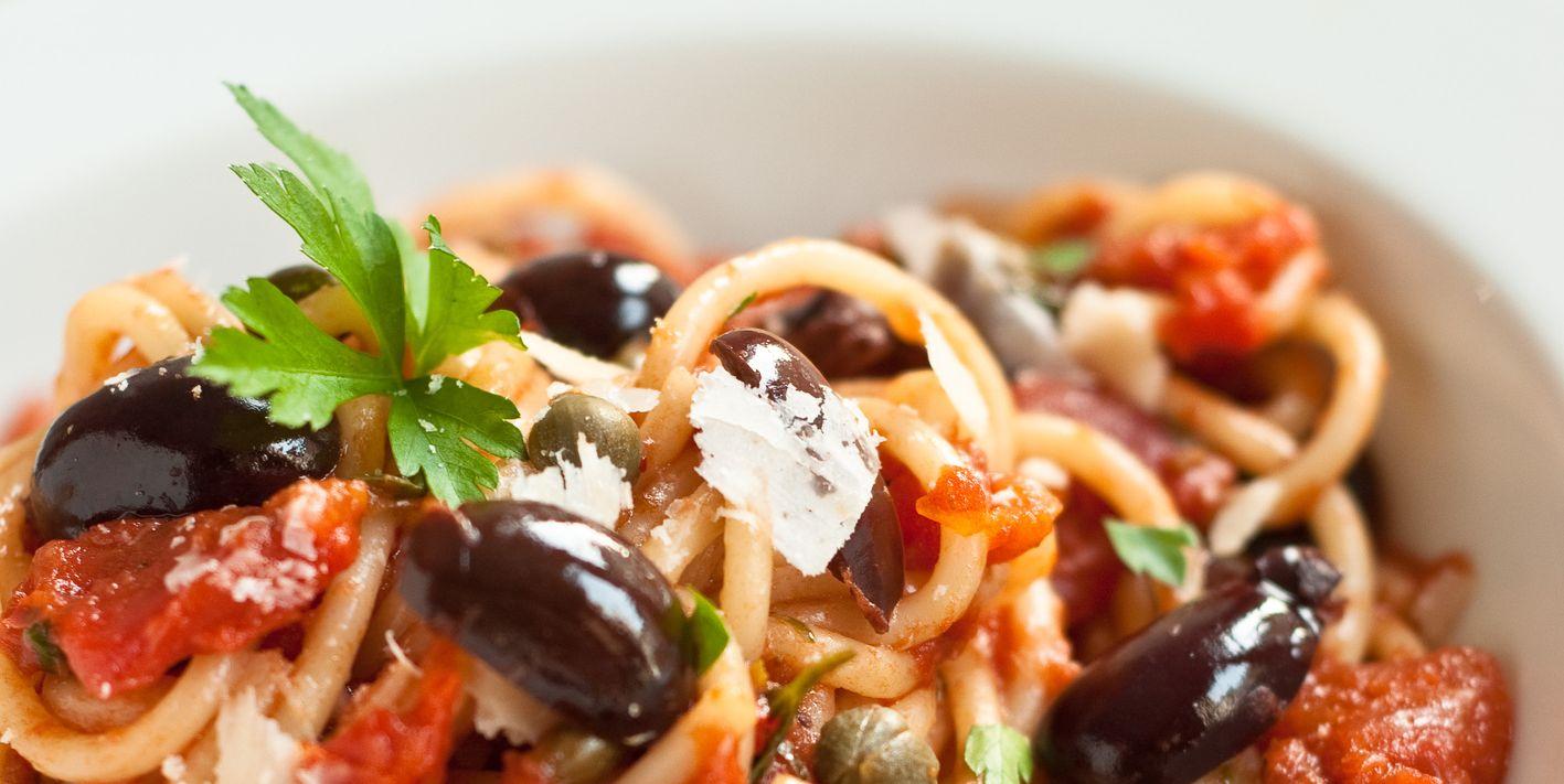 La pasta alla puttanesca è la ricetta più gustosa e veloce da provare questa sera, e si prepara così