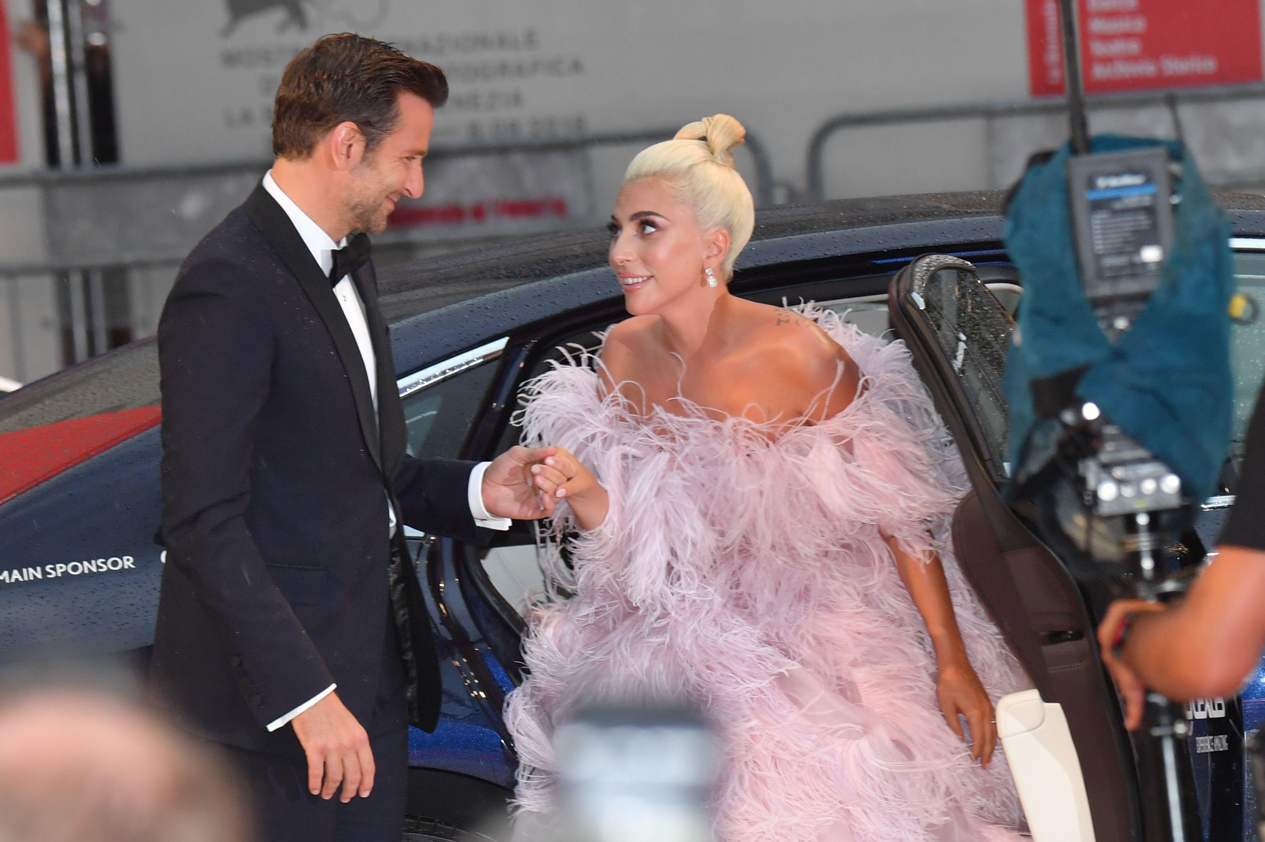 電影《一個巨星的誕生》讓布萊德利庫柏(Bradlay Cooper)和女神卡卡(Lady Gaga)成為最受歡迎的螢幕情侶。就像電影裡傑克森緬因看中艾莉的才華,現實生活中庫柏也是卡卡的伯樂,他堅持說服出資的製片人讓卡卡演出,最後事實證明他的眼光是對的。《一個巨星的誕生》皆入圍金球和奧斯卡獎的最佳男女主角、最佳電影,兩人合唱的主題曲〈Shallow〉更一舉獲得金球、葛萊美、奧斯卡獎的最佳原創歌曲!