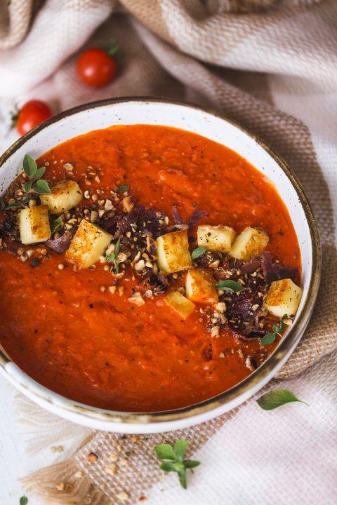 Soupe de Tomates, Poivron Rouge, Fromage Halloumi et épices Dukkah