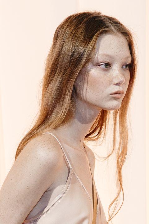 Hair, Face, Hairstyle, Blond, Beauty, Chin, Brown hair, Long hair, Lip, Shoulder,