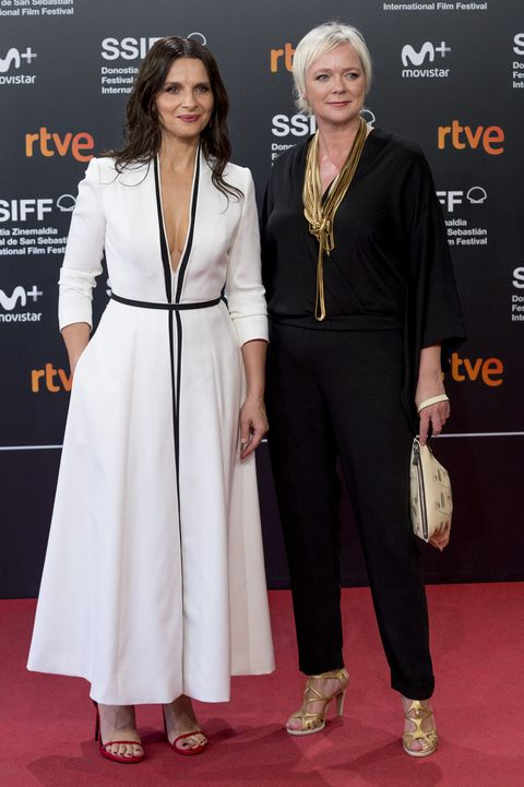 Red carpet, Carpet, Clothing, Fashion, Premiere, Hairstyle, Flooring, Event, Dress, Suit,