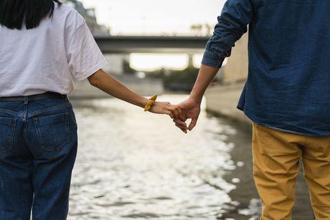 عقد اليدين في نهر السين