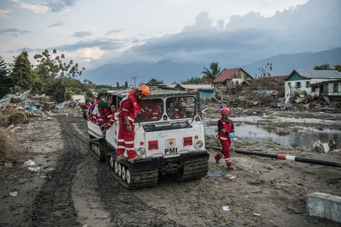 indonesia tsumani rescue workers