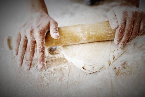 Rolling pin, Dough, Hand, Food, Flour, Wheat flour, Powder, Baking, Cuisine, Nail,