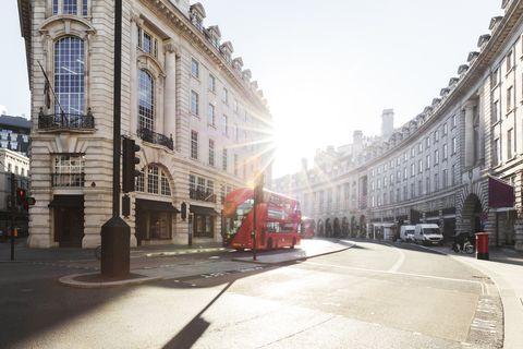 Городская дорога и улица Лондона на рассвете