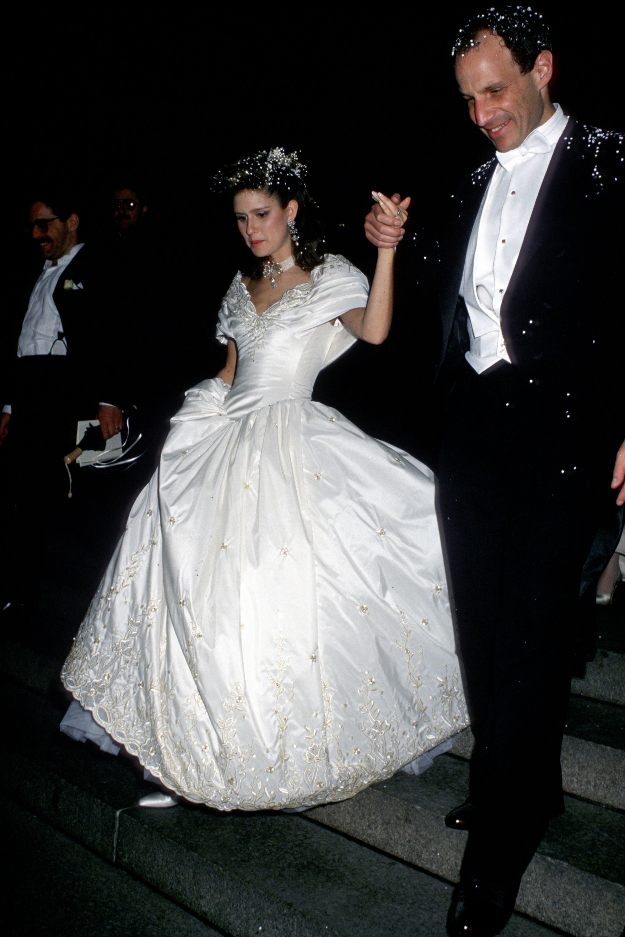 Laura Steinberg's Wedding Dress Jonathan Tisch and Laura Steinberg married in 1988 at the Central Synagogue in NYC. Their wedding made the pages of The New York Times , obviously, though the couple later divorced.