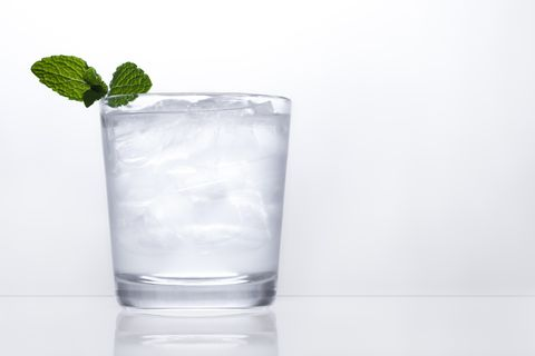 Highball glass, Drink, Vodka and tonic, Non-alcoholic beverage, Rickey, Tumbler, Glass, Highball, Distilled beverage, Ice cube,