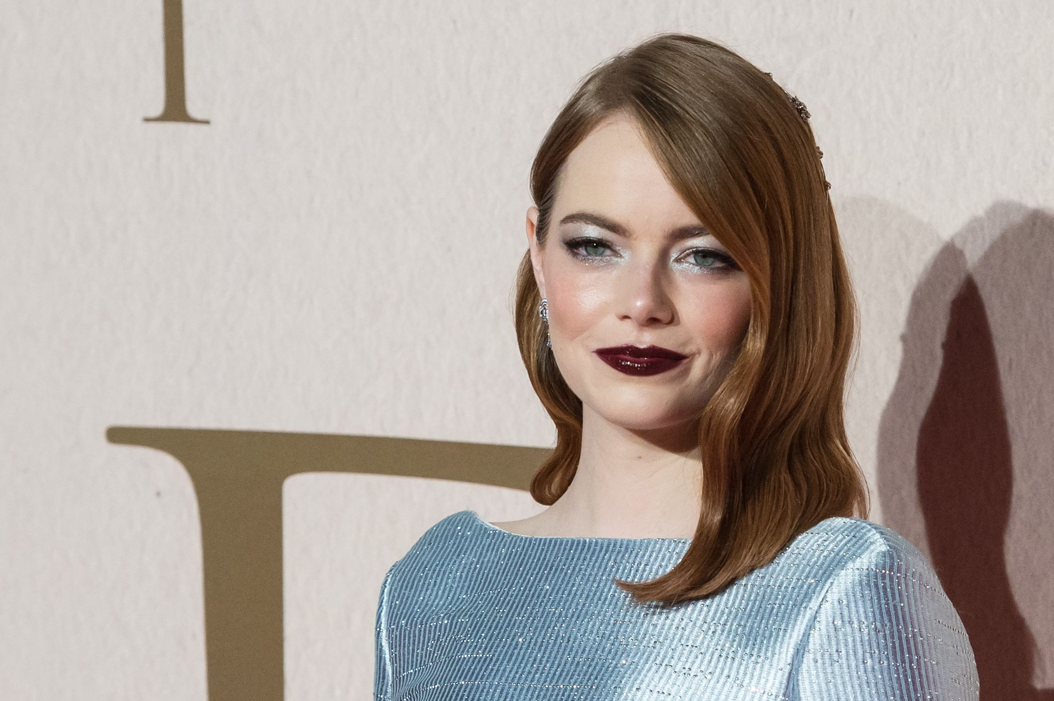 Emma Stones Dark Lipstick and Metallic Eyeshadow Is Our Favorite Fall Beauty Look