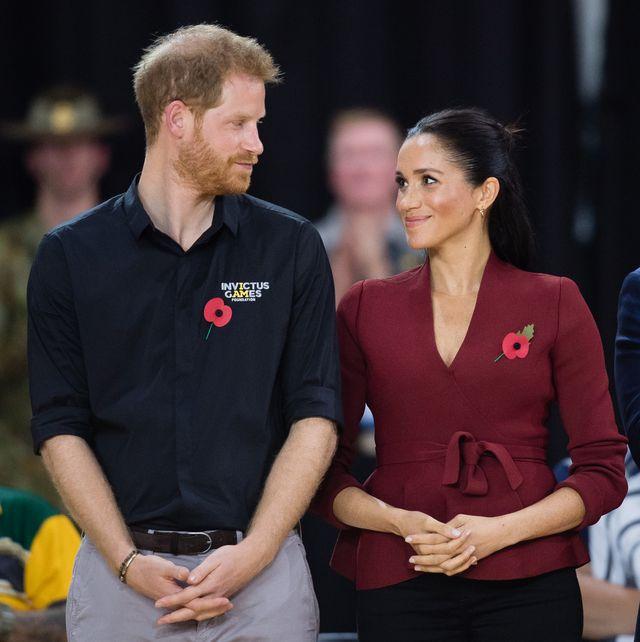 ヘンリー王子とメーガン妃が結婚3周年を迎えた日、王室はsnsでも実際の行動でも多くの人と交流した一方、夫妻の記念日については一切触れなかった。ベアトリス王女の妊娠がこの日に発表されたのは、王女の妹ユージェニー王女の結婚式に、メーガン妃が第1子妊娠を明らかにしたことへの「リベンジ」ではないかとも伝えられている。