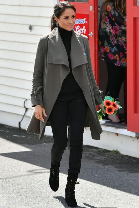Clothing, Street fashion, Fashion, Coat, Outerwear, Snapshot, Footwear, Blazer, Jeans, Overcoat,