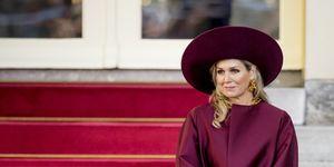 Koningin Máxima ontvangt Oostenrijkse president in dieprode mantel van Natan, woensdag 14 november op Noordeinde in Den Haag.