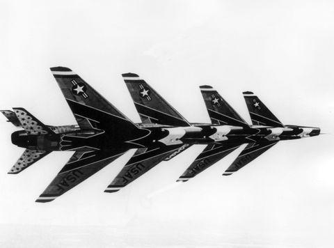 Vuelo en formación del famoso escuadrón Thunderbird de la Fuerza Aérea de EE. UU. el 24 de junio de 1965, el vuelo con los aviones f 100 super saber se llama en broma tatzelworm volador, que significa un uso de criatura mítica en todo el mundo foto de dpapicture alliance a través de getty images