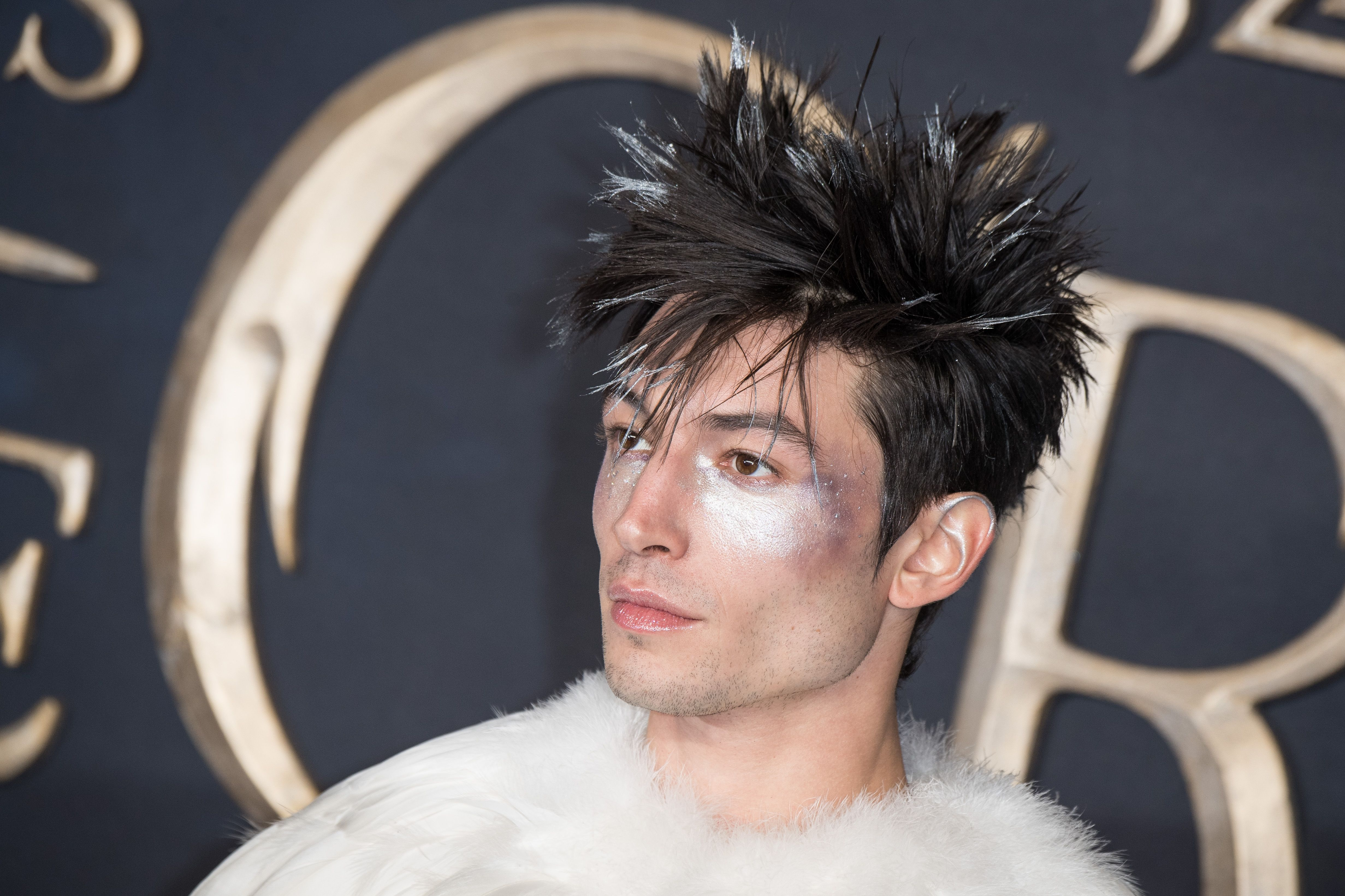 Ezra Miller Dressed As Hedwig For Fantastic Beasts The Crimes Of