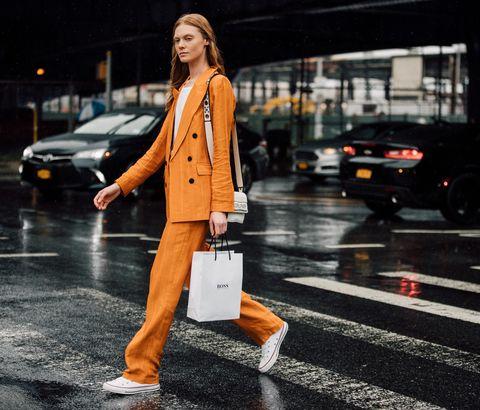 los mejores looks con zapatillas converse bajas blancas con traje sastre