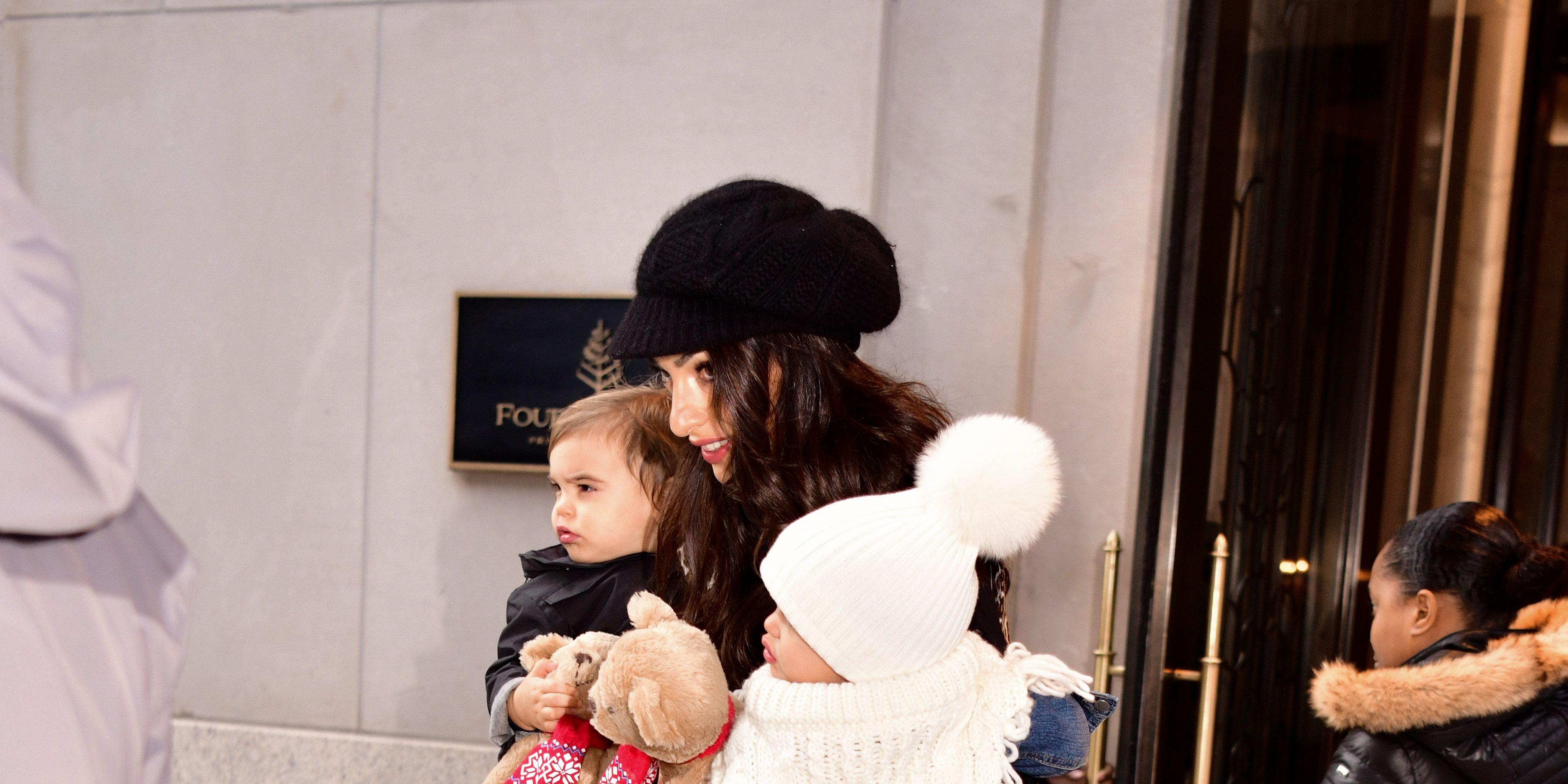 Amal Clooney verlaat het Four Seasons met haar tweeling Max en Elle.
