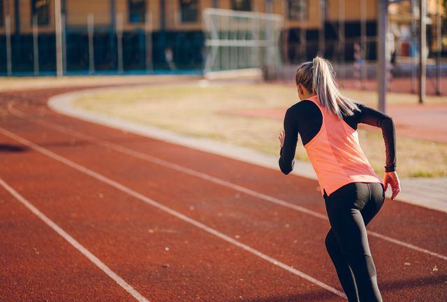 vrouw hardloopbaan hardlopen sprinten fartlek training