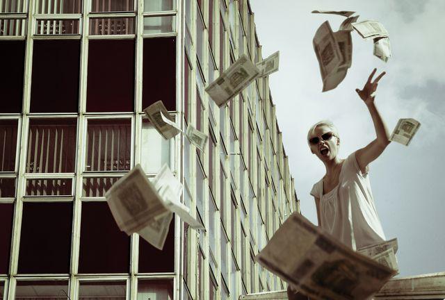 mujer tirando el dinero