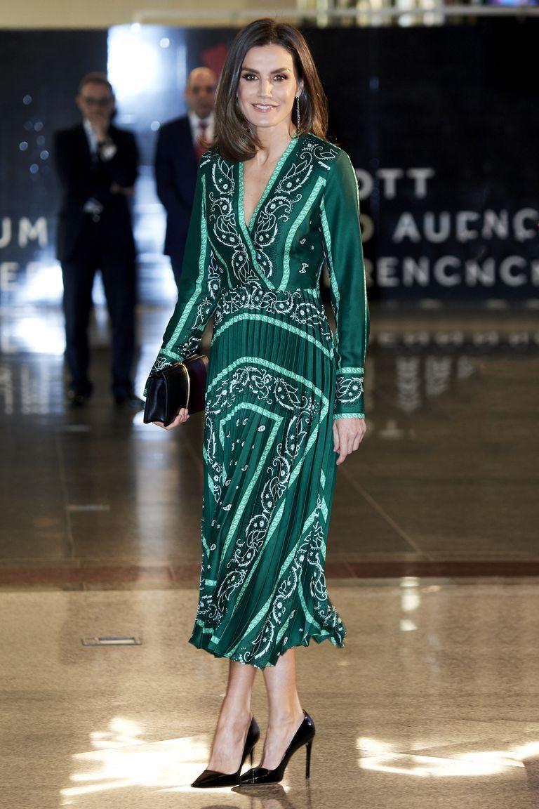 373bd1a869 El vestido verde de la Reina Letizia - Letizia o cómo reinventarse con un  vestido verde
