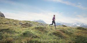 vrouw aan het hardlopen in de heuvels van noorwegen