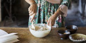 Vrouw kookt veganistisch met vegan kookboeken