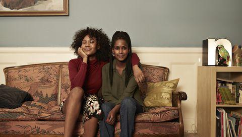twee vriendinnen zitten op de bank