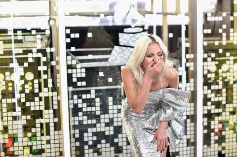 由女神卡卡(Lady Gaga)和布萊德利庫柏(Bradley Cooper)為主演電影《一個巨星的誕生》所演唱的〈Shallow〉不僅獲得金球獎的「最佳原創歌曲(Best Original Song)」大獎,在美國時間10日晚間所舉辦的61屆葛萊美獎上又獲得兩項大獎!