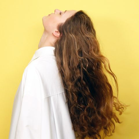 Hairstyle, Sleeve, Shoulder, Joint, Wrist, Back, Long hair, Neck, Comfort, Brown hair,