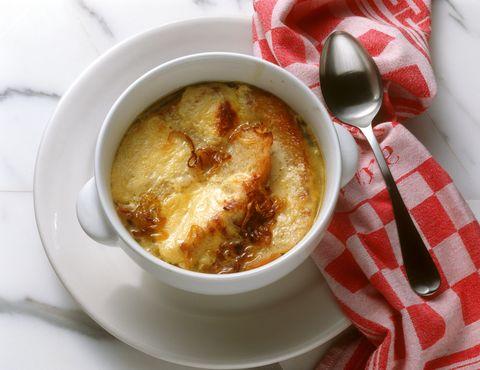 La zuppa di cipolle alla francese è una ricetta antica dal sapore unico che vi conquisterà