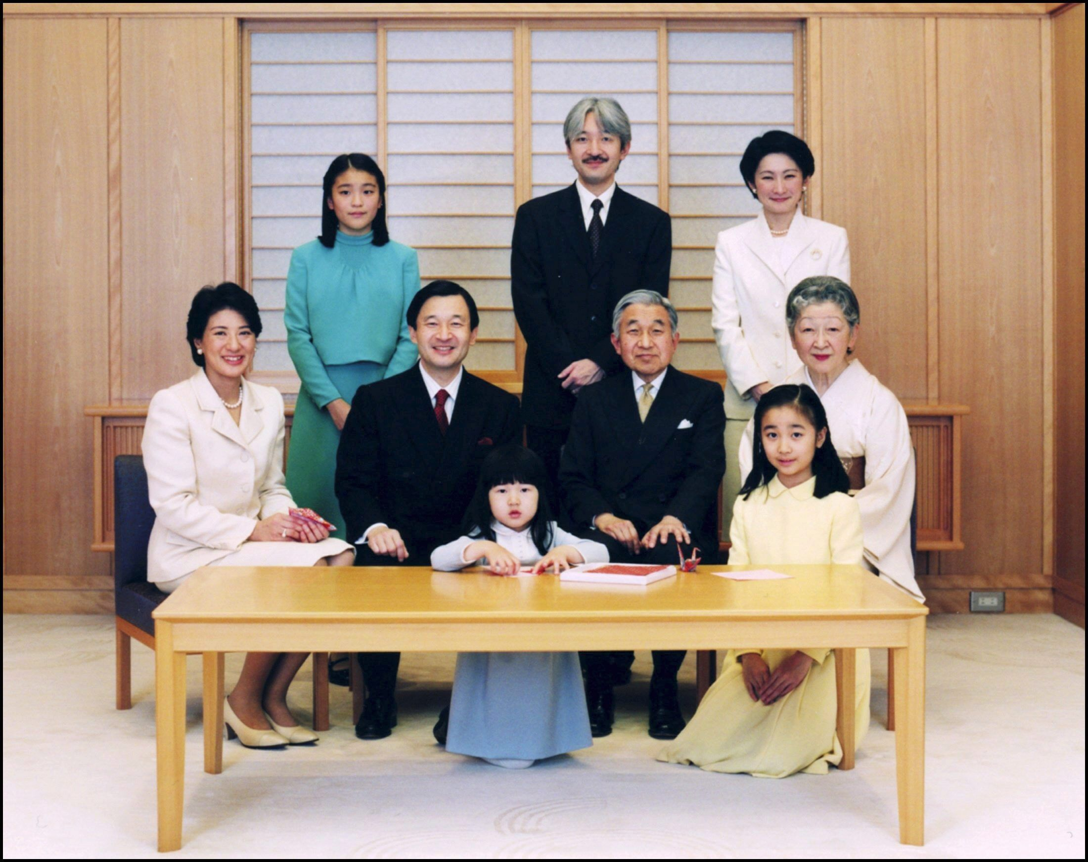 01/01/2006. Japan's Emperor Akihito, Empress Michiko and royal family pose for New Year photograph in Tokyo