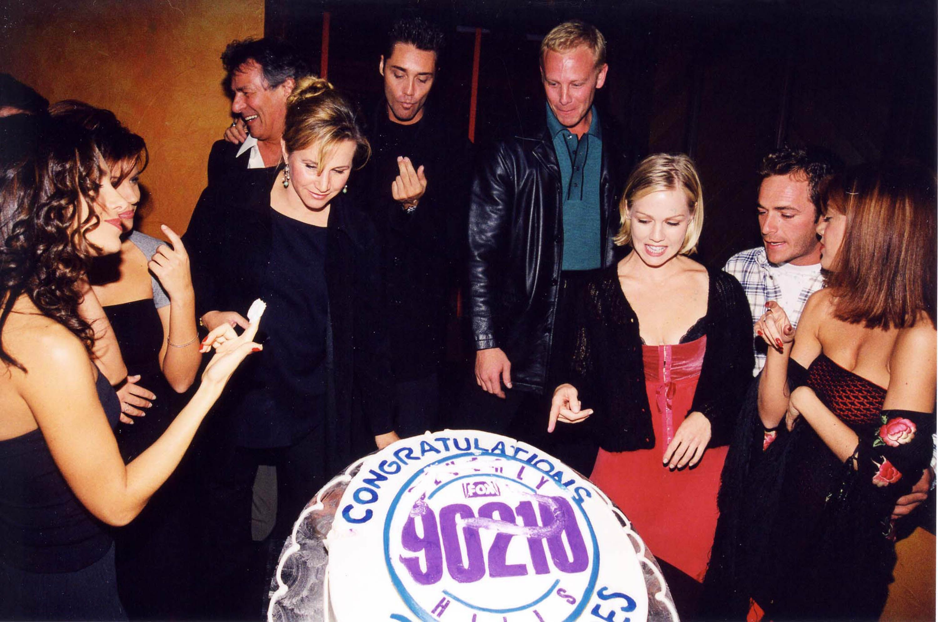 Gabrielle Carteris, Vincent Young, Ian Ziering, Jennie Garth and Perry attend the Beverly Hills, 90210 250th episode celebration in 1998.