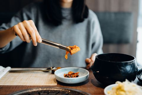 vrouw die kimchi eet