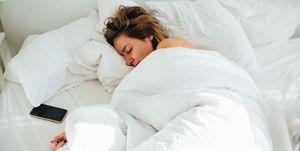 vrouw-slapen-bed-telefoon
