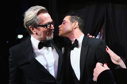 Rami Malek besa a Gary Oldman
