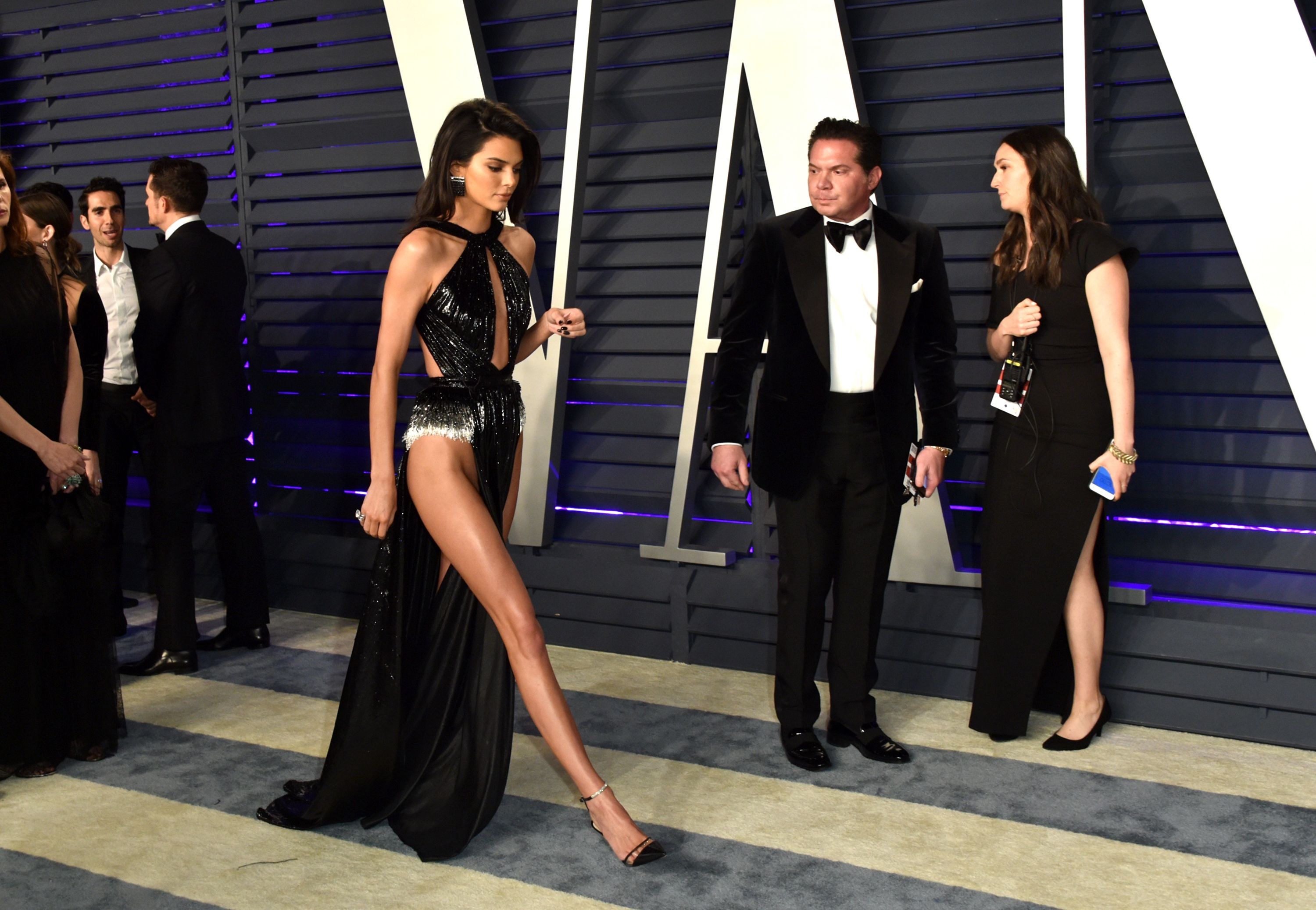 93298e6cbd Kendall Jenner Vanity Fair Oscars Party Wardrobe Malfunction - Kendall  Jenner Ditches Underwear at Vanity Fair Oscars Party
