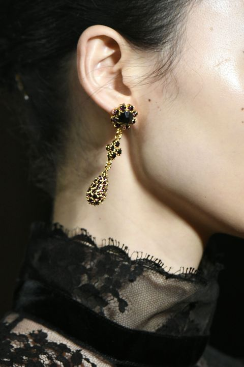 Ear, Body jewelry, Earrings, Neck, Lip, Organ, Jewellery, Beauty, Fashion, Fashion accessory,