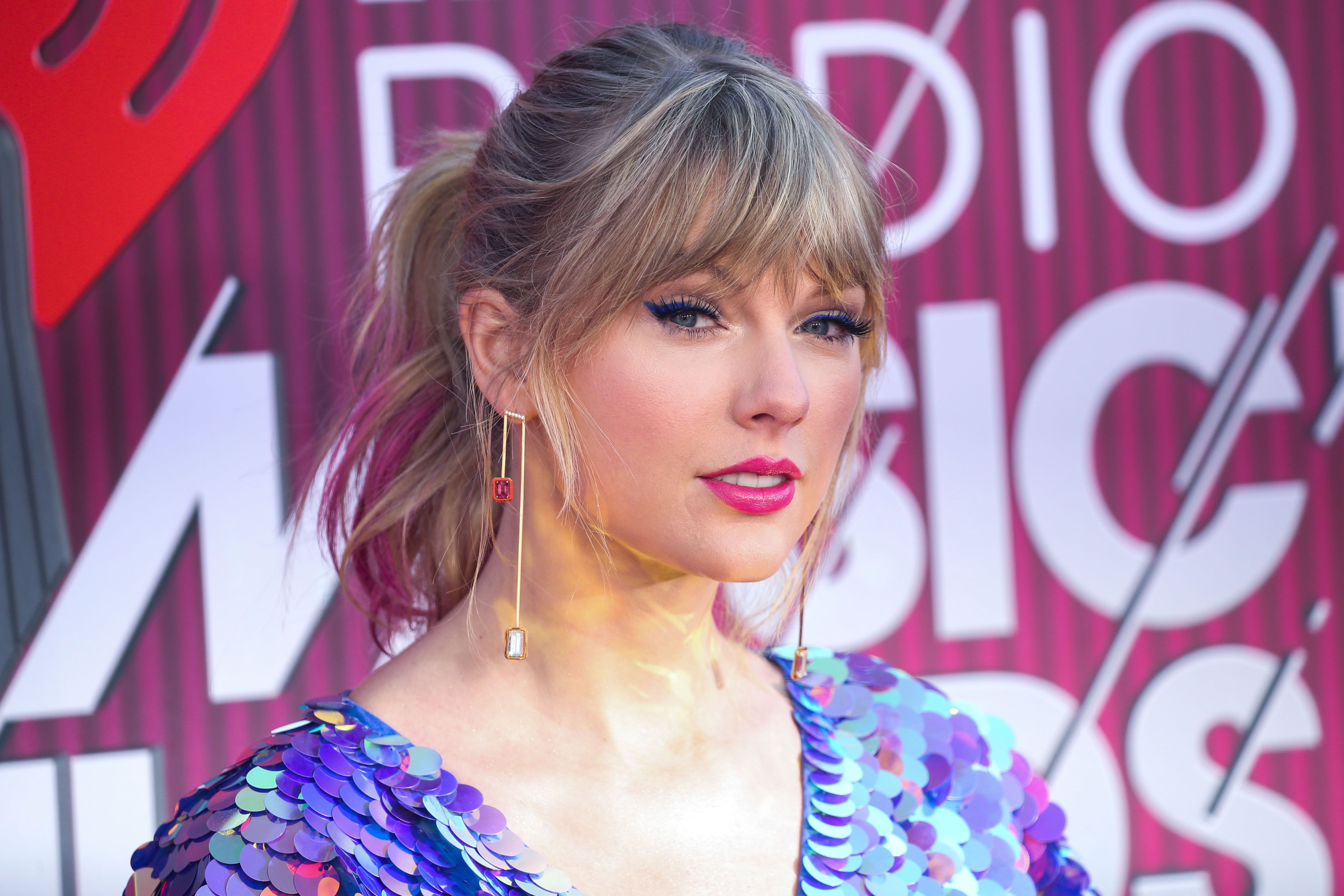 Taylor Swift Pink Hair 2019 Taylor Swift Pink Hair Iheartradio Music Awards