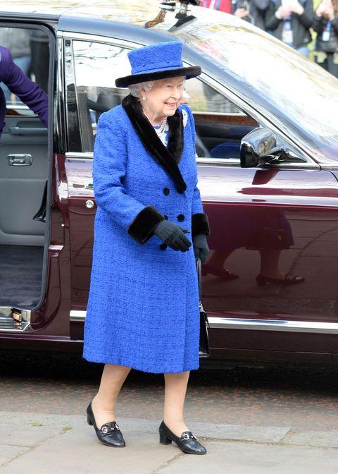 Koningin Elizabeth (92) rockt de kleur van het jaar