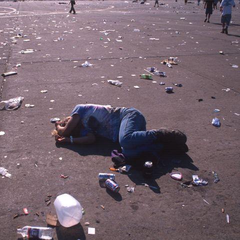 کنسرت سی امین سالگرد وودستاک در رم ، ژوئیه جدید ، با شورشیان به پایان رسید و پلیس ایالت آن را در اوایل ژوئیه سال 1999 در خارج از رم لغو کرد ، عکس در نیویورک توسط Andrew Liechtensteincorbis از طریق گتی ایماژ