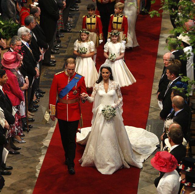 2011年4月29日にロンドン、ウエストミンスター寺院で行われたウィリアム王子とキャサリン妃の結婚式の挙式でヴァージンロードを歩く2人