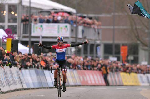 Chantal Blaak wint Omloop het Nieuwsblad