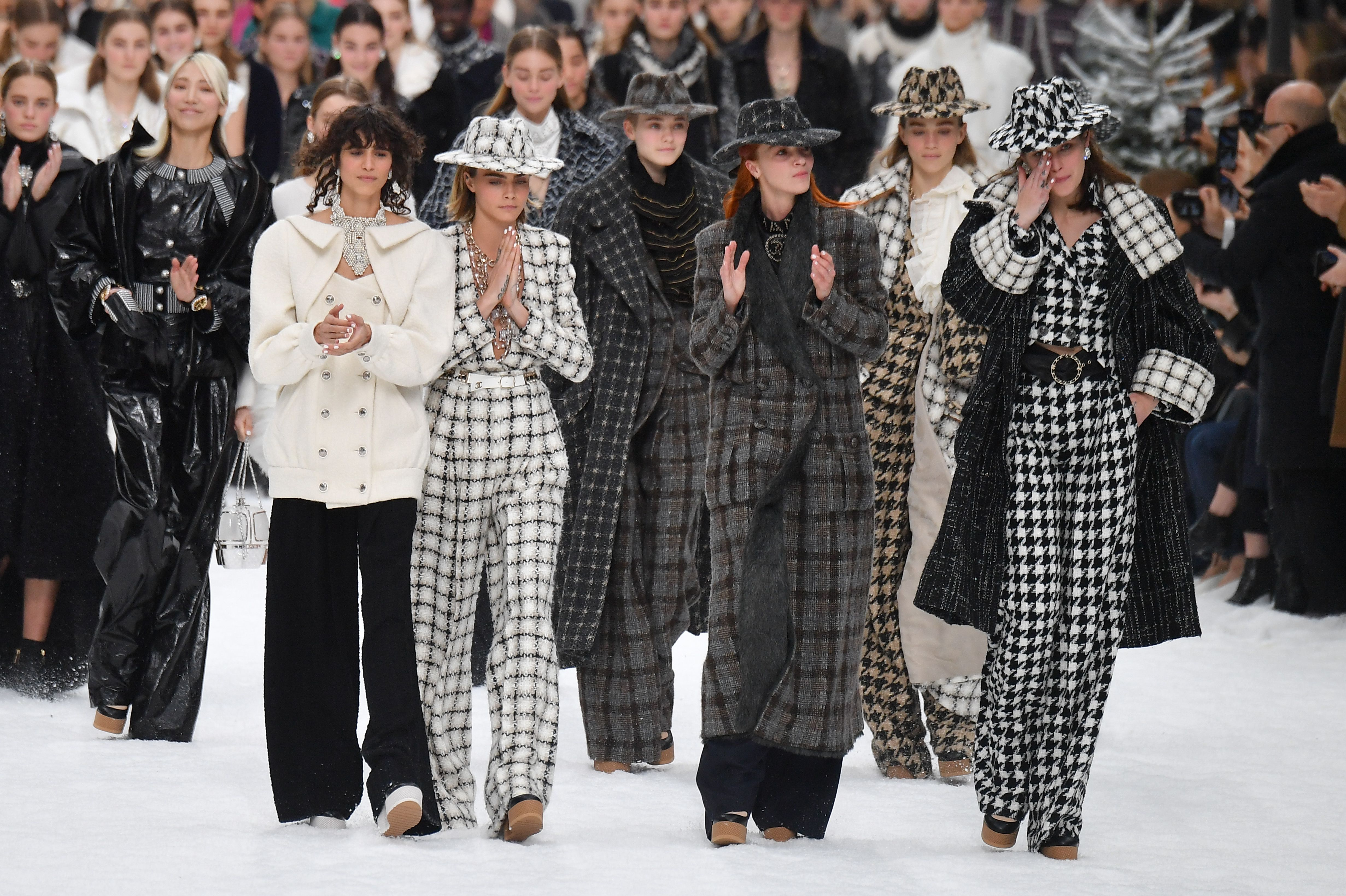 Cara Delevingne and Penelope Cruz Walk Karl Lagerfeld\u0027s