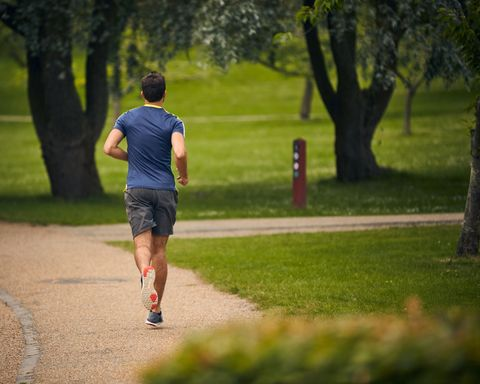 vue arrière de l'athlète d'âge moyen homme qui court