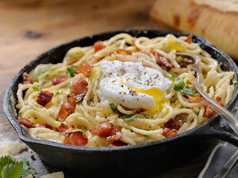 spaghetti carbonara met ei en bacon