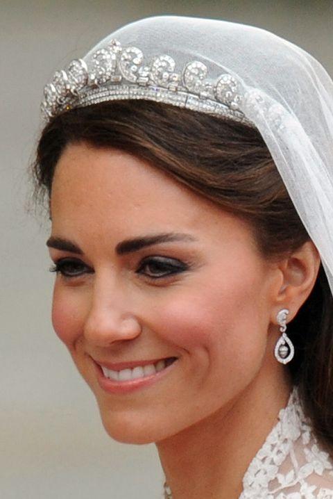 le prince williams épouse kate, duchesse de cambridge, sourit alors qu'ils voyagent dans le landau land de 1902 le long de la route de procession vers le palais de buckingham, à Londres, le 29 avril 2011 afp photo ben stansall crédit photo devrait lire ben stansallafp via getty images