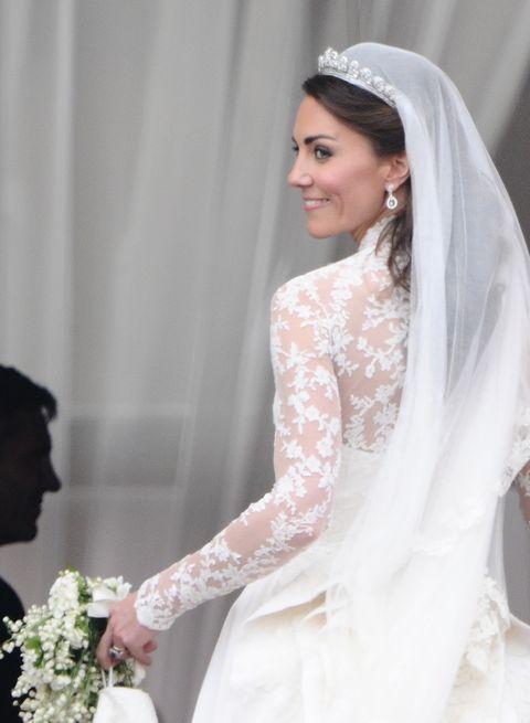 Kate, duchesse de Cambridge, fait demi-tour en quittant le balcon de Buckingham Palace Londres après son mariage avec le prince William, le 29 avril 2011 AFP Photo Leon Neal Crédit photo devrait lire Leon Nealafp via Getty Images