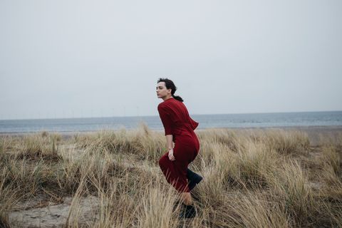 vrouw in de duinen
